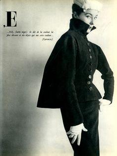 Tailleur Balenciaga, semi-ajustado, con volumen en la espalda.