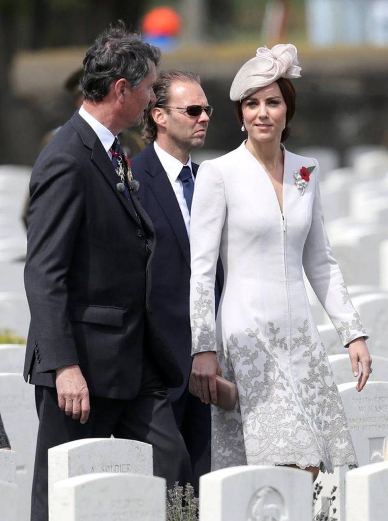 Duchesa de Cambridge con un coat dress blanco